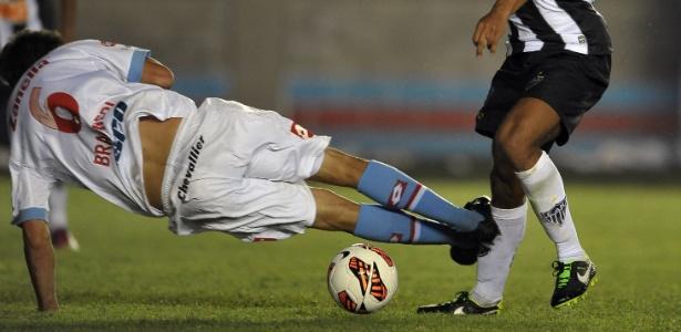 26fev2013---diego-braghieri-comete-penalti-em-ronaldinho-gaucho-na-vitoria-de-5-a-2-do-atletico-mg-sobre-o-arsenal-na-libertadores-1361975128522_615x300