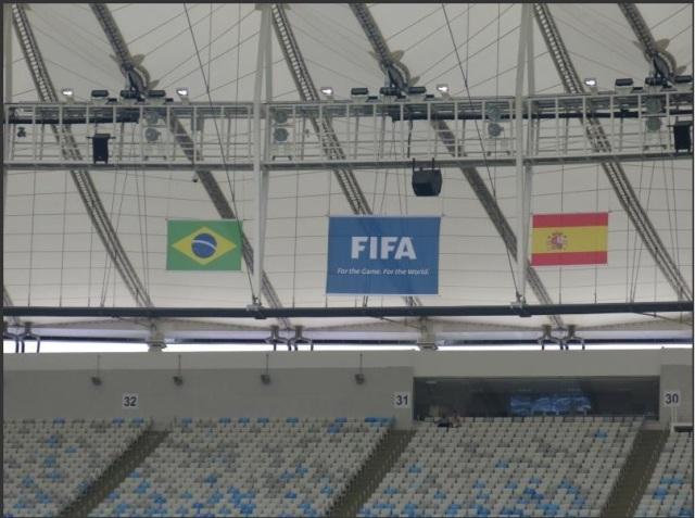 Bandeiras das duas seleções já estendidas