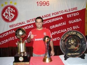 Laerte com os troféus dos maiores títulos do Colorado (Libertadores, Mundial e Recopa Sulamericana)